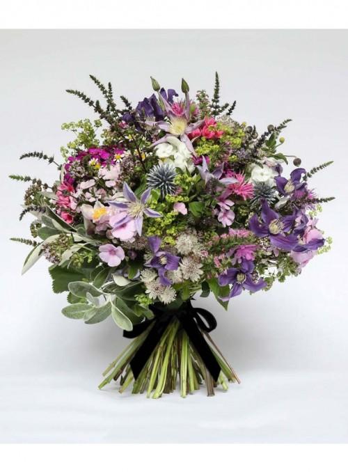 Bouquet con fiori misti e erbe di stagione.