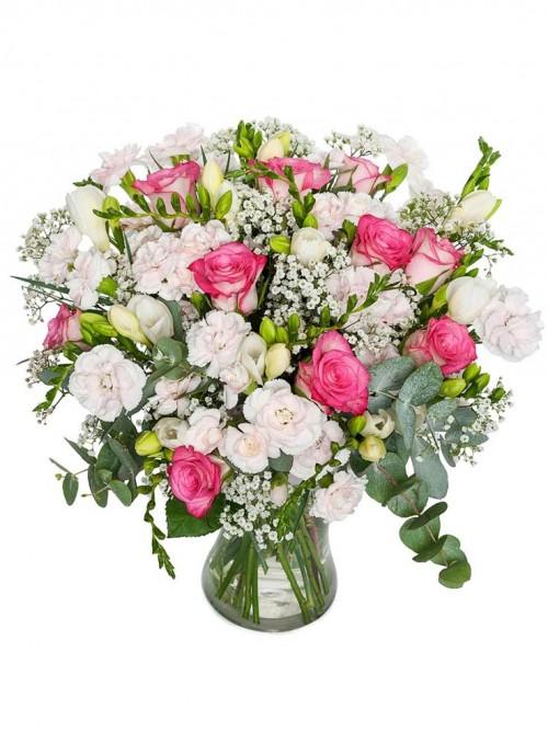 Bouquet di rose rosa, fresie bianche e dianthus bianchi.