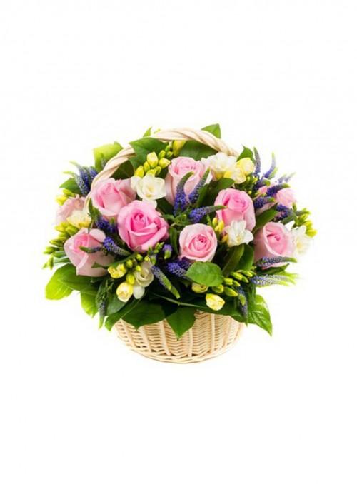 Compposizione in cesto con rose, fresie e fiori misti.