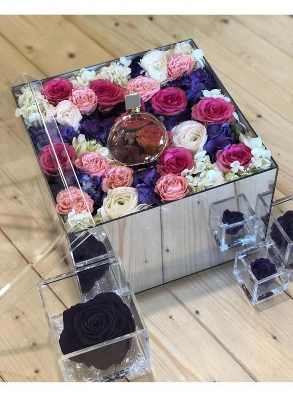 Elegante scatola in plexiglass a specchio, con rose miste di colore e ortensie.