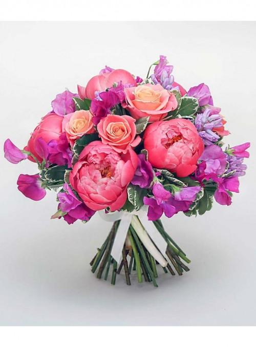 Bouquet con peonie rosa corallo e lathyrius fuxia.