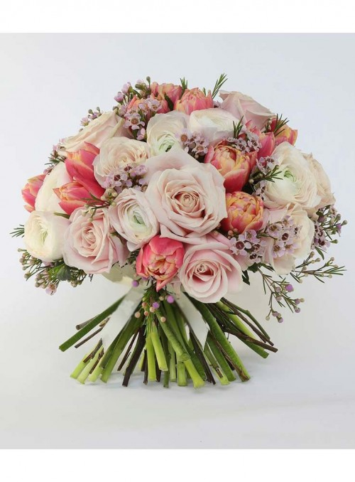 Bouquet con ranuncoli, rose rosa, tulipani e wax flower.