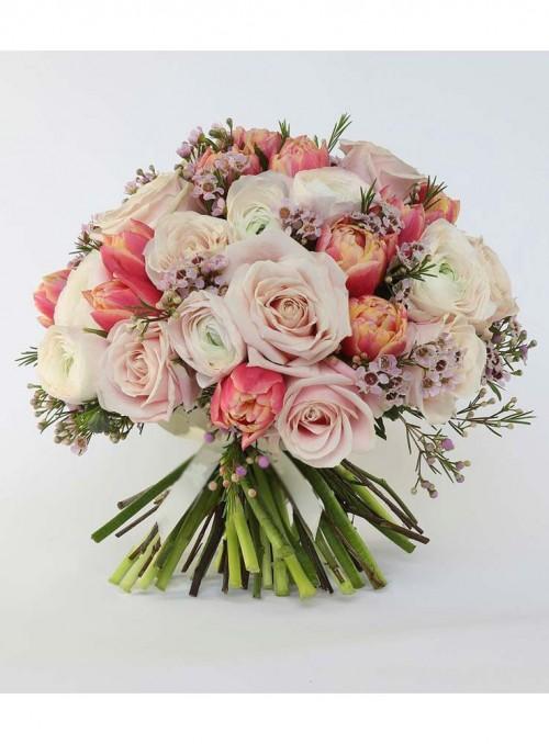 Bouquet con ranuncoli, rose rosa, tulipani e wax flower.