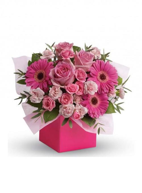 Bouquet con rose spray rosa, gerbere fuxia, dianthus rosa.