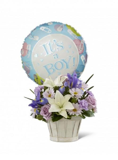 Composizione con fiori misti per la nascita di un maschietto.