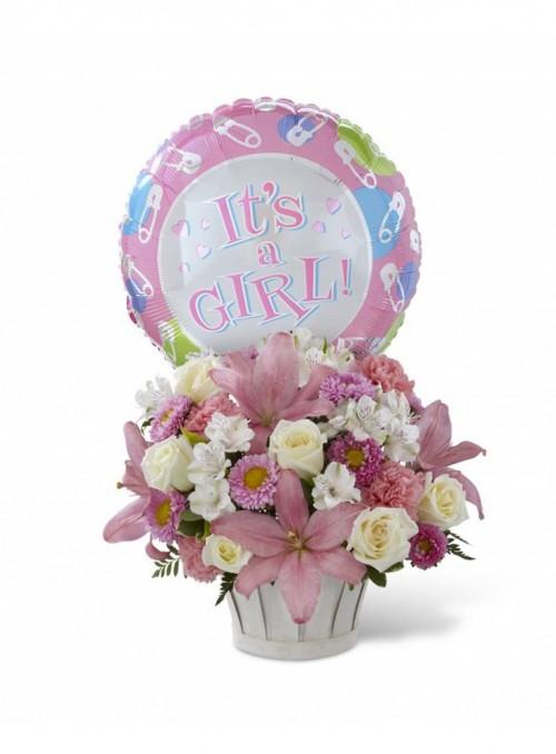 Composizione con fiori misti per la nascita di una femminuccia.