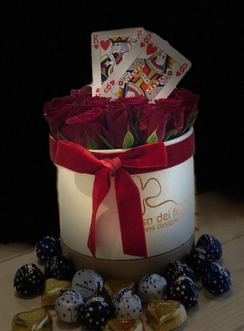 Cappelliera con rose rosse e cioccolatini.