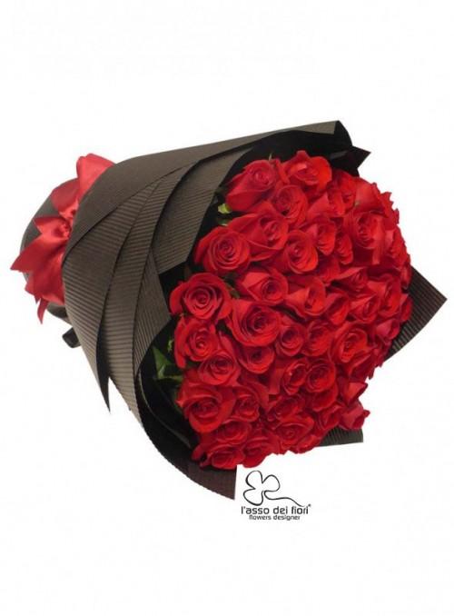 Bouquet di 100 splendide rose rosse Red Naomi stelo medio/alto.