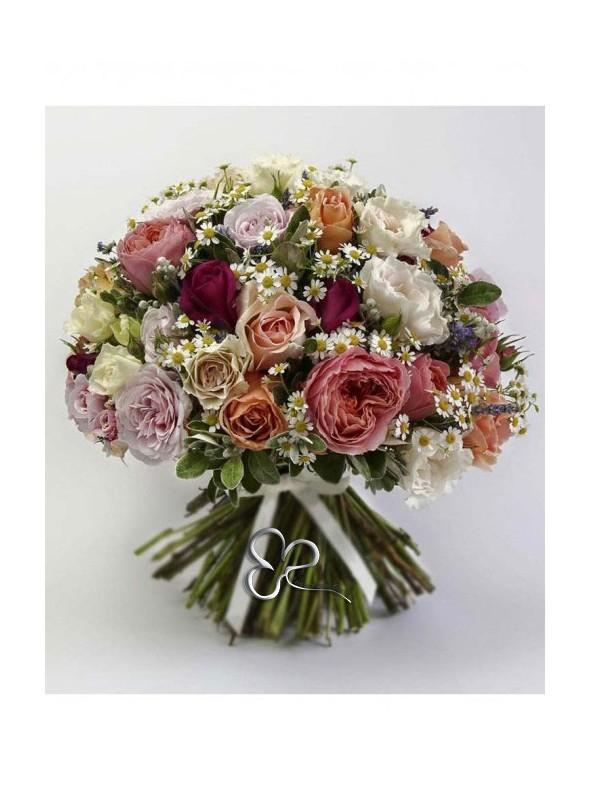 Bouquet con rose miste di colore e verde decorativo