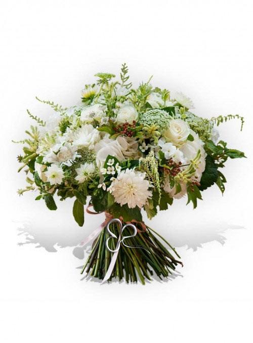 Luminoso bouquet con rose bianche, dalie bianche, ortensie, rifinito con fiori e erbe decorative di stagione.