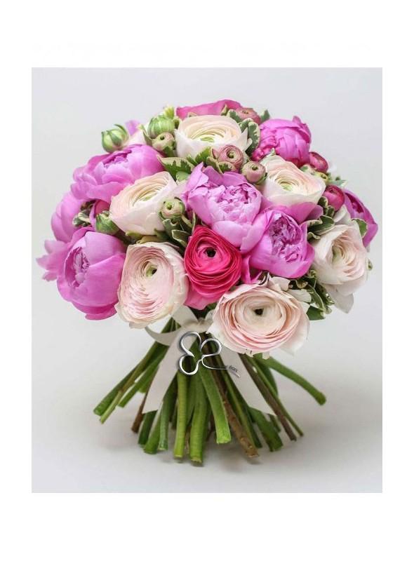 Bellissimo bouquet con ranuncoli rosa fuxia e peonie