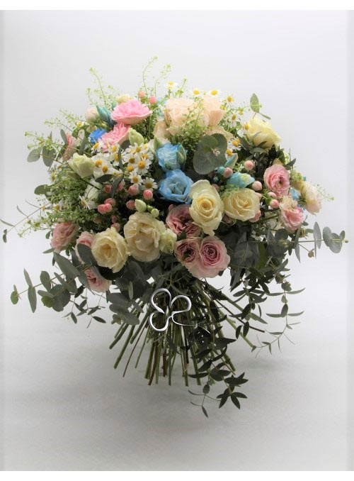 Bouquet con mix di rose ,lisianthus ,camomilla,e mix di erbe