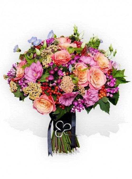 Bouquet di rose, lisantus, bouvardia e bacche rosse.