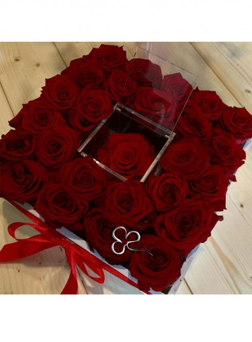 Elegante box di 25 rose rosse con al centro una rosa stabilizzata.