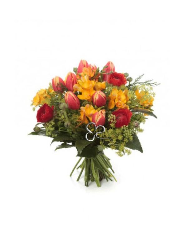 Bouquet con tulipani, ranuncoli e fresie gialle.