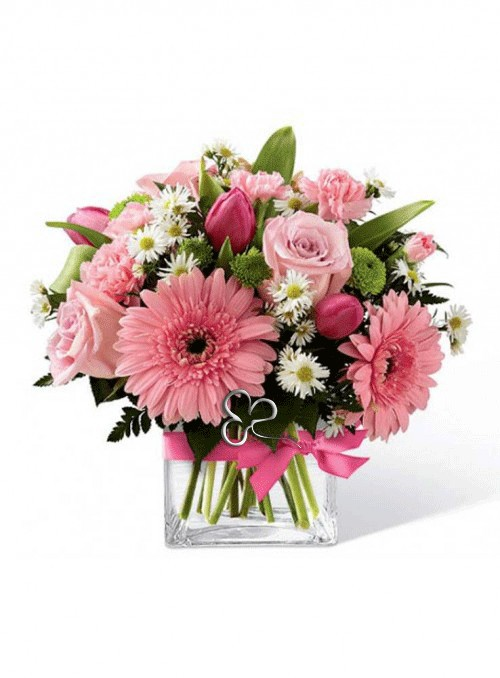 Composizione  con fiori misti di stagione nei toni del rosa.