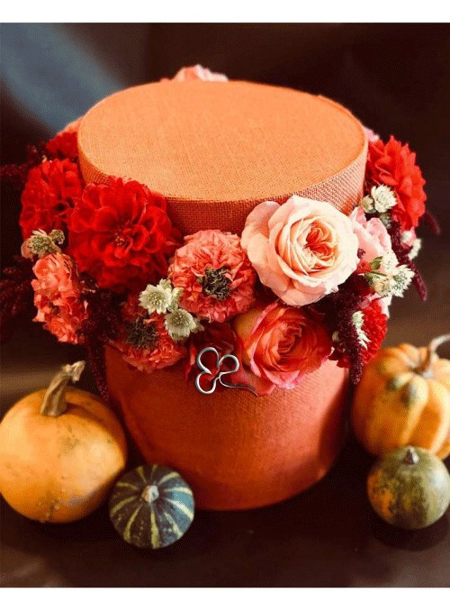 Composizione di fiori in scatola con le affascinati tonalità dell'autunno.