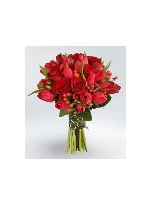 Elegante bouquet con tulipani rossi, rose rosse ed ipericum.