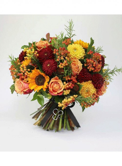 Bouquet di rose arancio, dalie rosse e gialle, viburno e erbe decorative.