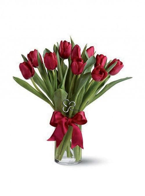 Elegante bouquet con tulipani rossi.