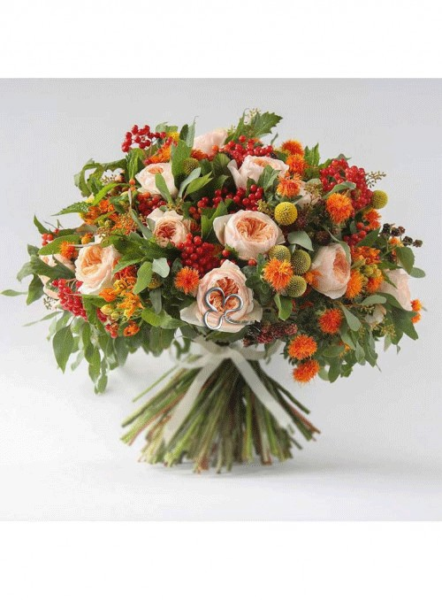 Bouquet con rose inglesi juliette, viburno rosso, crespedia gialla, more ed erbe decorative.