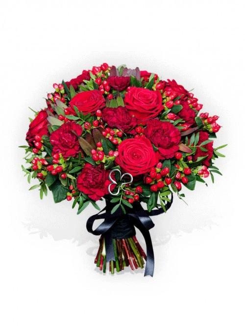 Bouquet con rose rosse, dianthus rossi, ipericum rosso rifinito con erba decorativa.