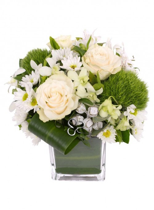 Composizione in vaso con rose bianche, dianthus verdi, margherite bianche e alstoemeria bianca.