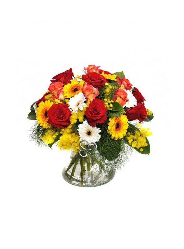 Bouquet di rose rosse e fiori misti con mimosa.