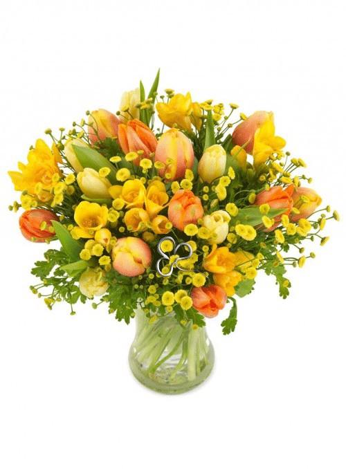 Bouquet con tulipani, fresie e fiori misti.
