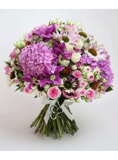 Bouquet di rose rosa, ortensie rosa, rose spray e fiori misti di stagione.