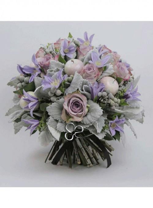 Bouquet dai toni chiari con rose lilla, mele bianche, campanule lilla, silver brunia rifinito con foglie di artemisia.