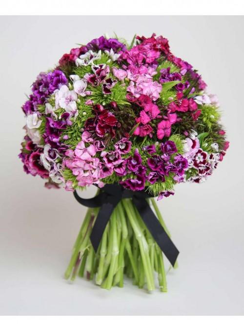 Bouquet con dianthus misti di colore.