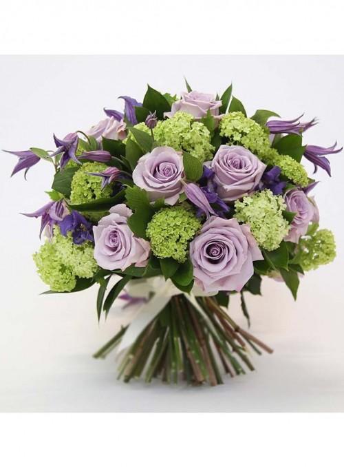 Bouquet con rose glicine, viburno verde, e campanule, rifinito con ruscus garden.